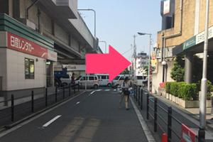 ④ガード沿いをさらに直進し、大きい通り(長居公園通)まで出たら右に曲がります。