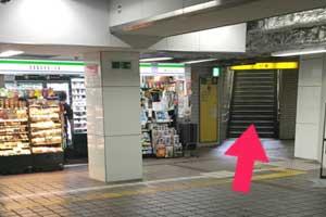 地下鉄御堂筋線 長居駅の南側の改札から出て右斜め前方に進みます。
