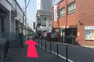 ③ガード沿いをそのまま直進します。(目印は右に池田泉州銀行があります)